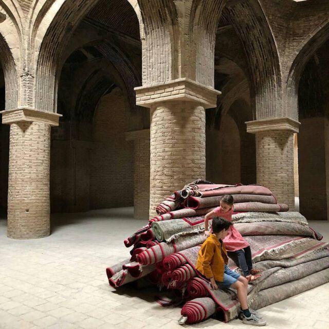 Wonderful picture by @nathalie_k 🙌 Our #colchikjacket in Ispahan 💫 #aboutcolchik #workwearjacket #workwear #foundryjacket #vestedepeintre #rustcolor #colchikrust #slowfashion #buyoneplantone #travellingkids #colchikforever