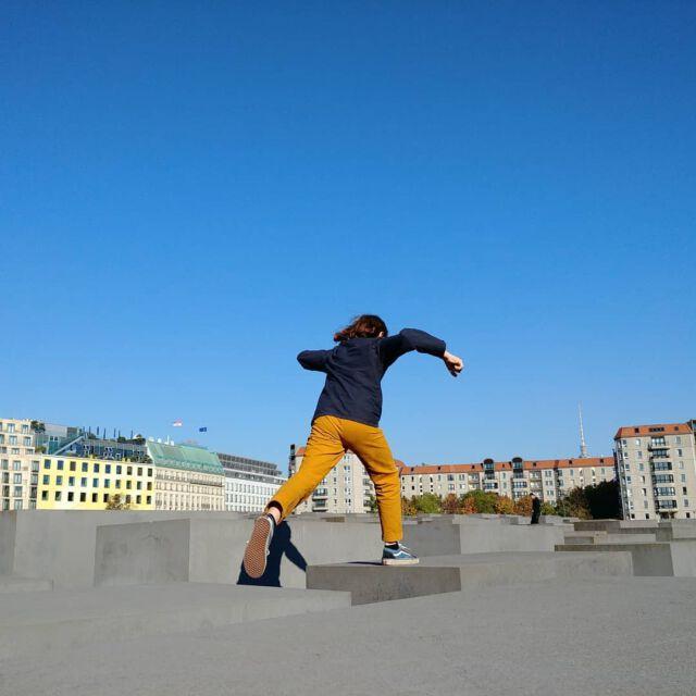 Berlin we love you ! #berlin #autumn #colchikhose #aboutcolchik #colchikrust #workwear #kidsfashion #teensfashion #slowfashion #sunday #loveberlin #buyoneplantone #ethicalfashion #sustainablefashion #bluesky #loveberlin #hannaharendtplatz
